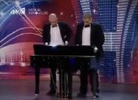 Эрхтэнээрээ пиано тоголдог залуус/видео/