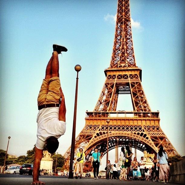 """""""Нэг гаран дээрээ зогсоод"""" Парисаар аялсан залуу"""