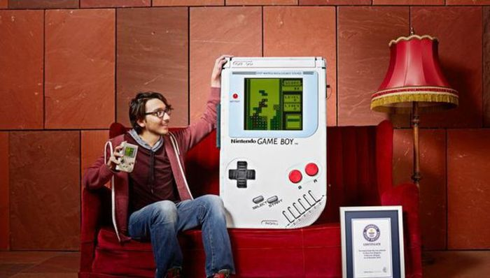 Компьютер тоглоомын фанат залуу дэлхийн хамгийн том Game Boy-г хийжээ
