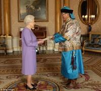 """Монголын элчин сайдын """"гангараа"""" Хатан хааныг хувцсаа """"голоход"""" хүргэв"""