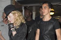 Мадонна 30 дүү найз залуугаа хаяжээ