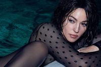 50 гарсан Моника Беллучи секси зураг авахуулжээ