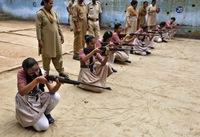 Зэвсэгийн эрдэмд суралцаж буй Энэтхэг охид