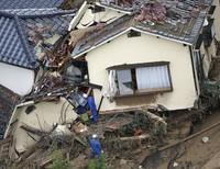Японд үхлийн аюул дагуулсан хөрсний нуралт болжээ (фото)