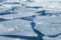Нуурын мөсөнд суусан машиныг татаж гаргажээ