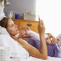 Хүүхдээ хөхүүлж байх зуураа гар утсаараа оролддог ээжүүдийн анхааралд!