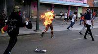 Венесуэлчүүд Ерөнхийлөгчөө эсэргүүцэн хүн шатаажээ...