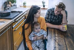 Судалгаа: Хүүхэд төрсөн эхний жилд хосууд 2500-аас дээш удаа маргалддаг