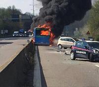 Миланд сургуулийн автобусны жолооч 50 гаруй сурагчидтай автобусыг шатаажээ