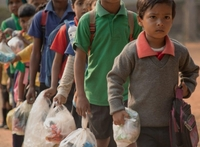 Сургалтын төлбөрийн оронд пластик хог хаягдал авч эхэлснээр итгэмээргүй үр дүнд хүрчээ